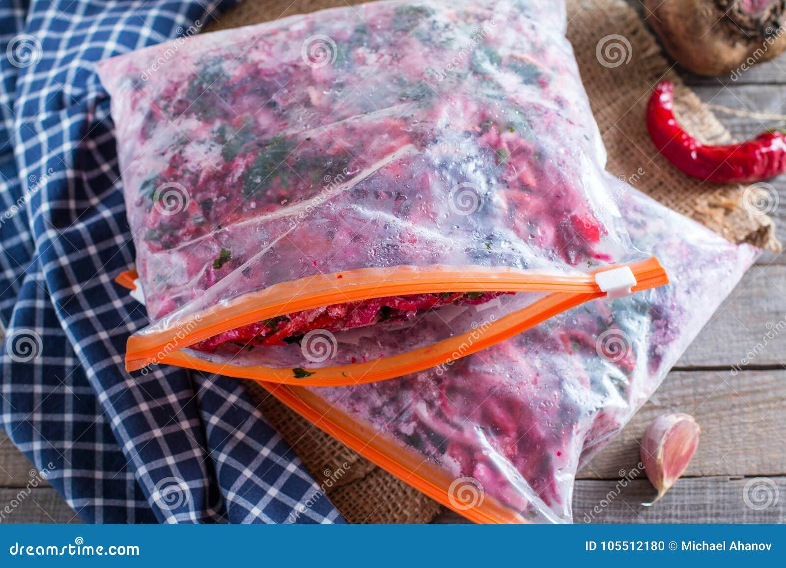 De wortelen, de bieten en de uien worden gesneden voor het braden voor borsjt verwerving freezing Soep het koken