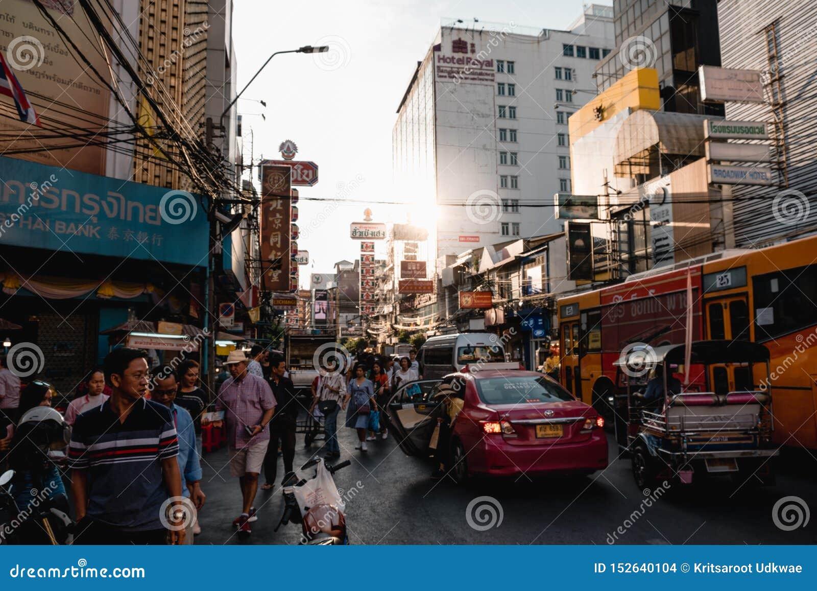 De Yaowaratweg is een hoofdstraat in de Chinatown van Bangkok