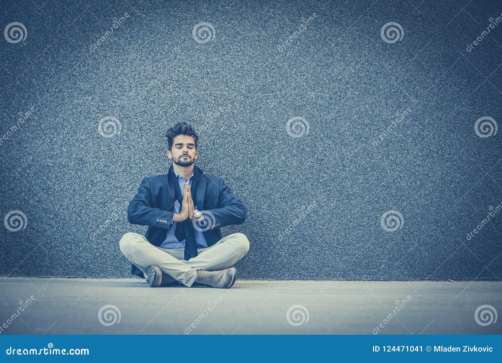 De yoga is goed voor het ontspannen na het werk