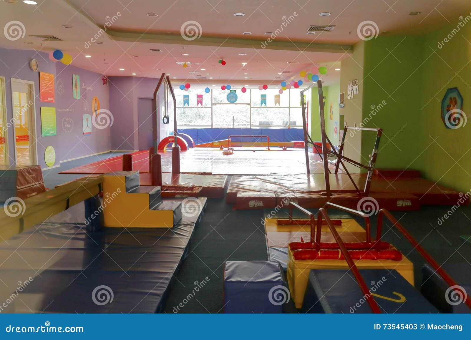 De zaal van de de gymnastiekoefening van kinderen