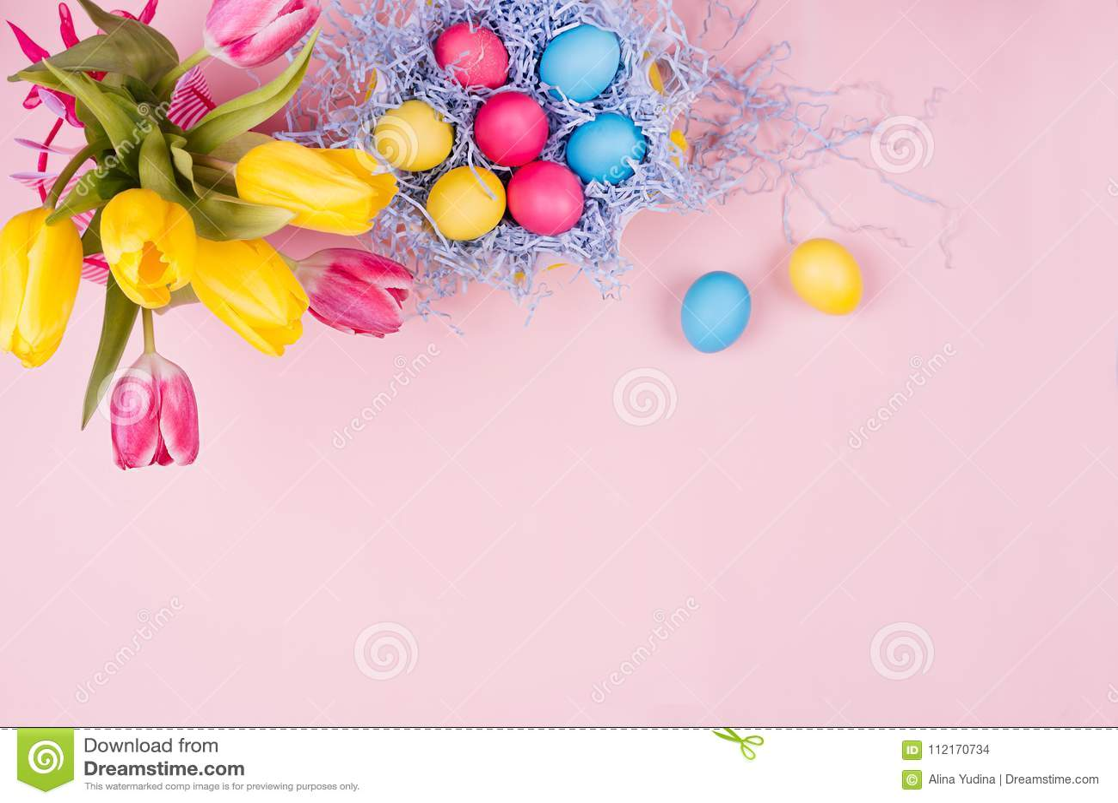 De zachte elegante zachte decoratie van pastelkleurpasen - de geschilderde eieren, gele tulpen, cupcake op roze achtergrond, kopi