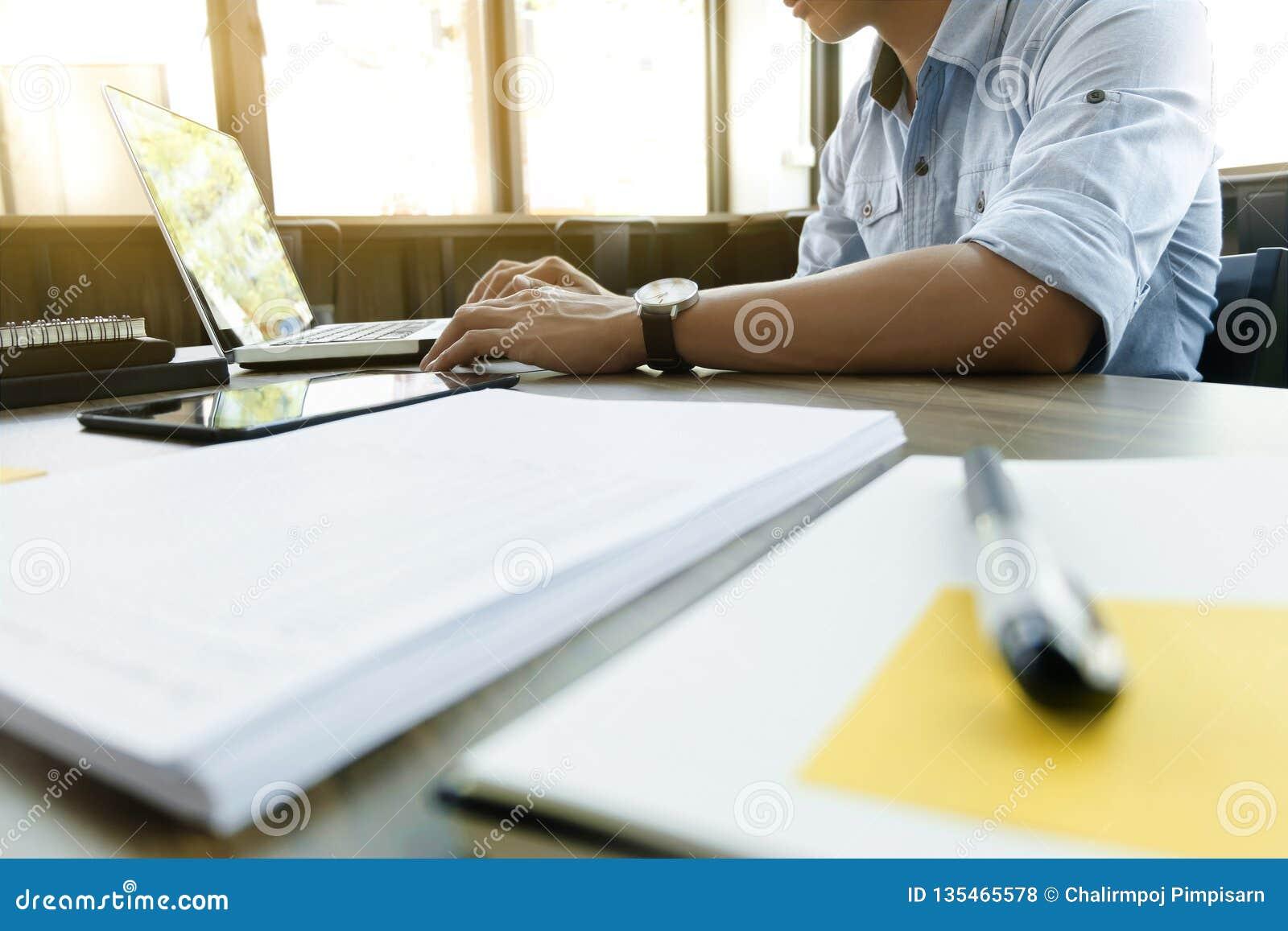 De zaken berekenen de documenten van de gegevensgrafiek op het bureau op het kantoor