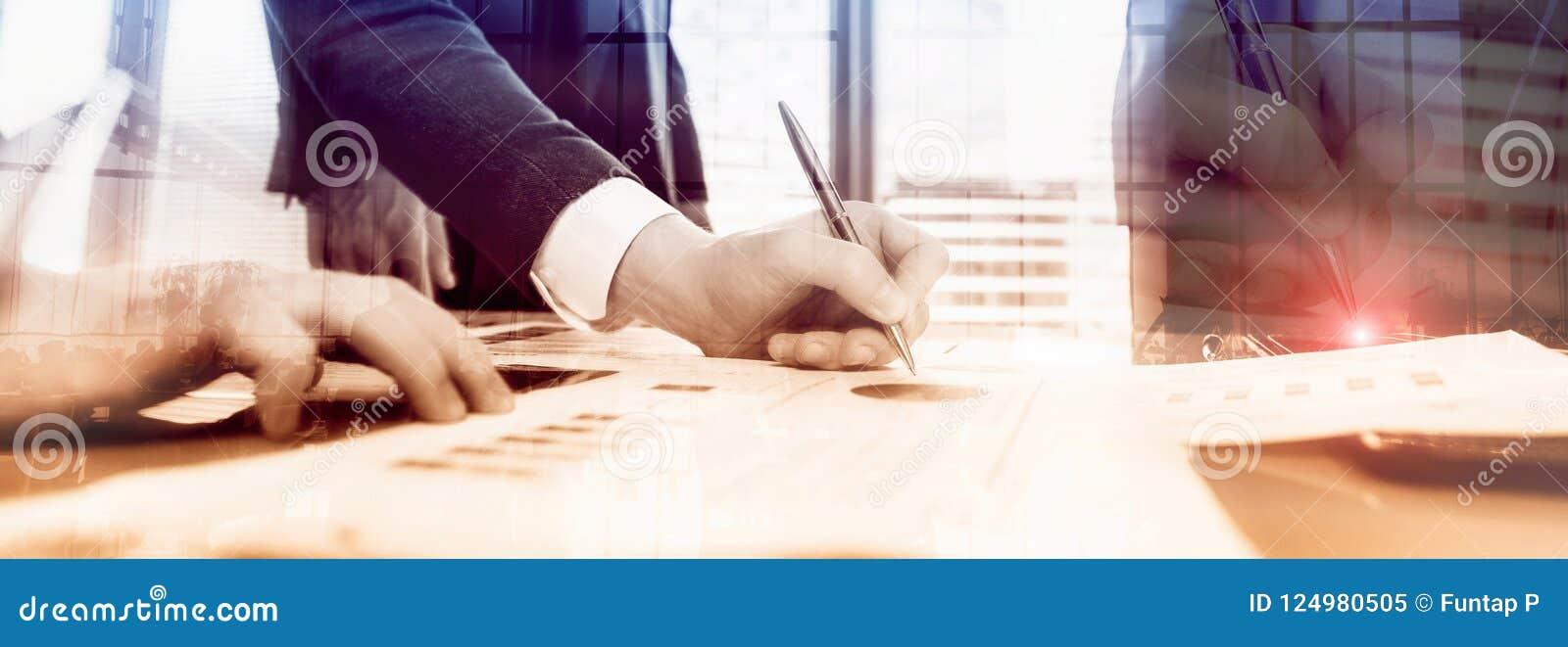 De zakenlieden bespreken zaken De zakenlieden ondertekenen een contract
