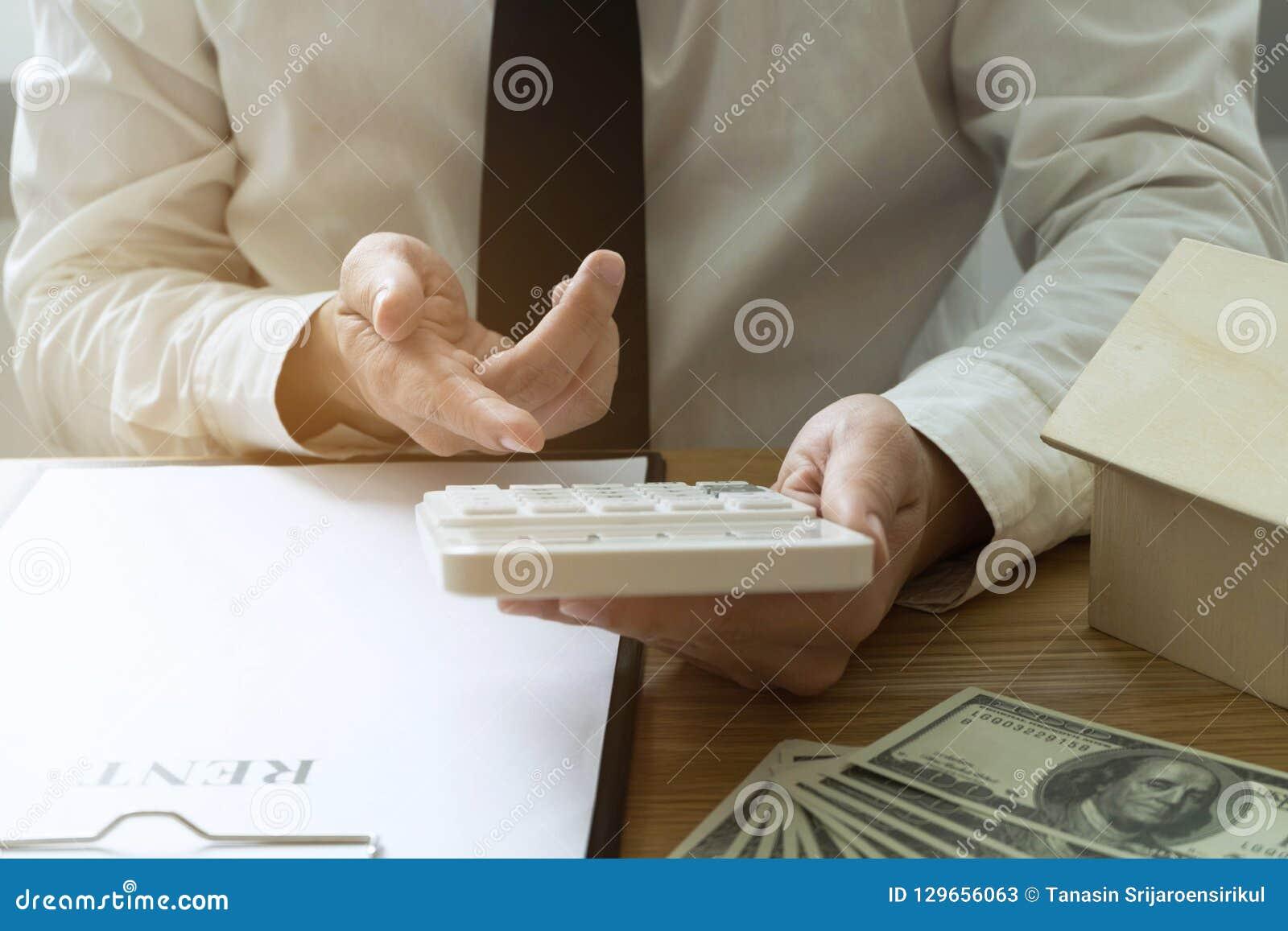De zakenman berekent koopt - het huis van de verkoopprijs Het huis van de agentenverkoop