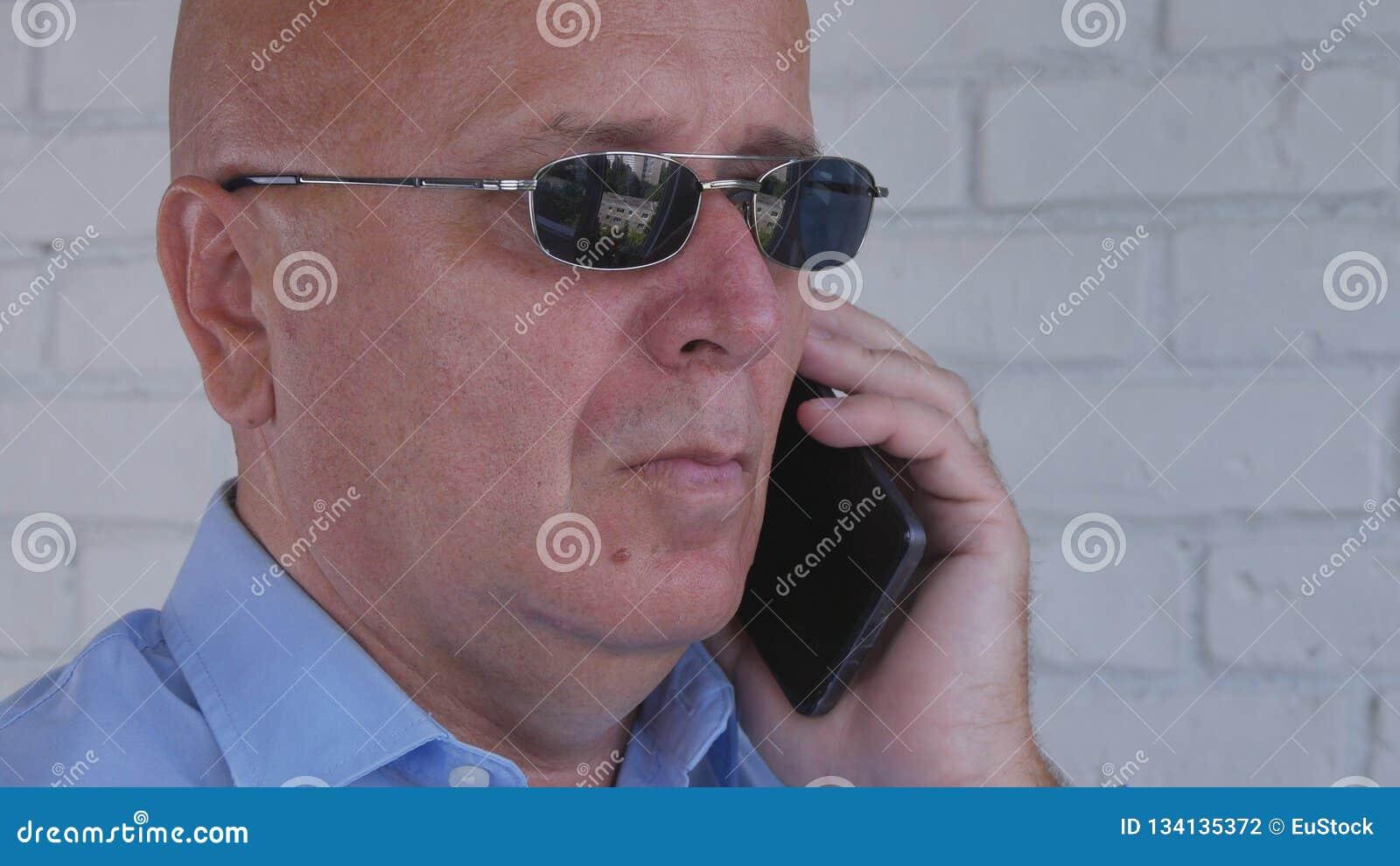De zakenman With Black Sunglasses maakt een Telefoongesprek