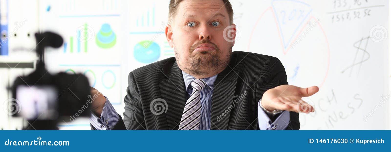 De zakenman blogger gaat liggen online het gillen