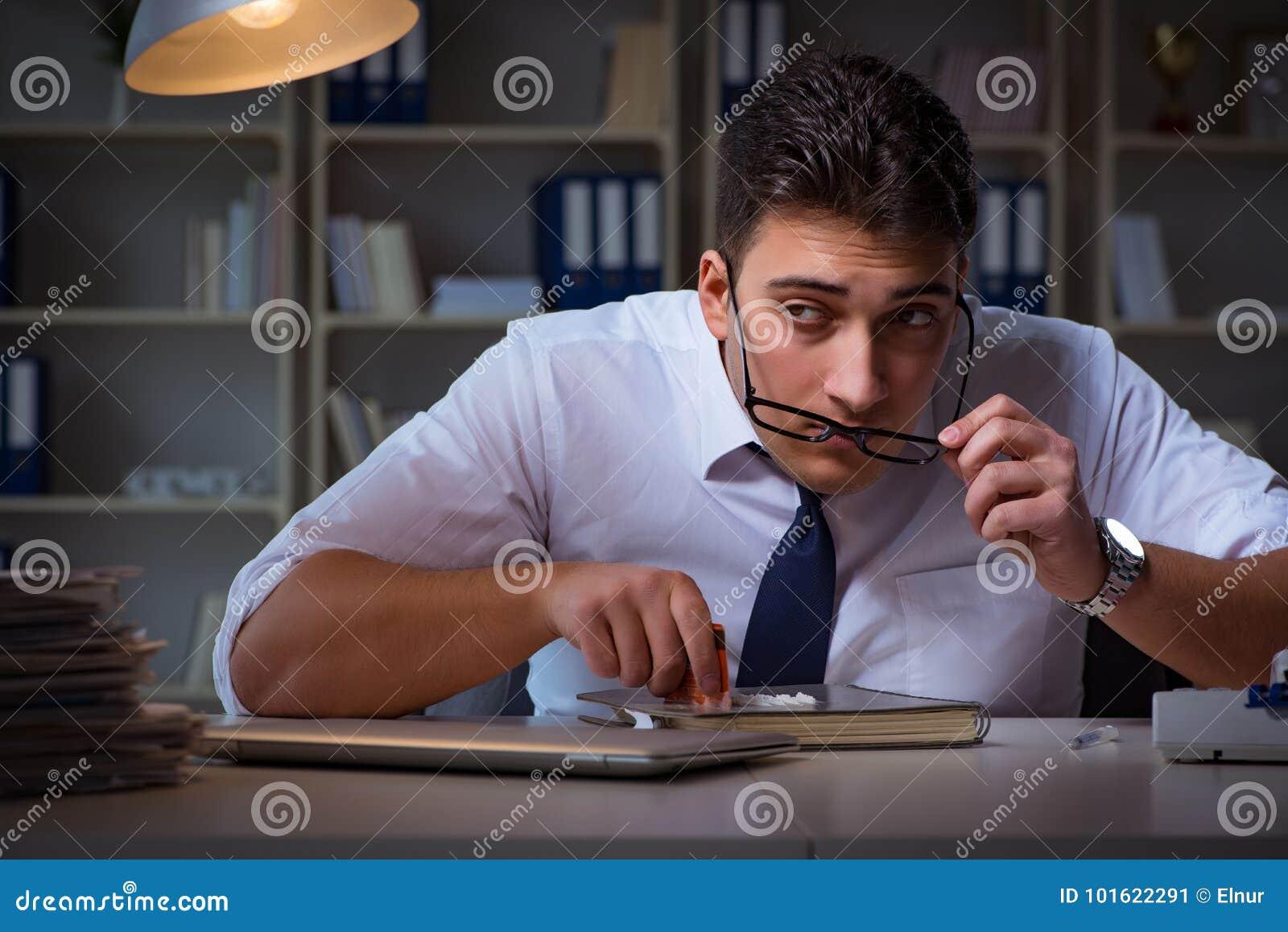 De zakenman die laat in bureau voor drugs blijven