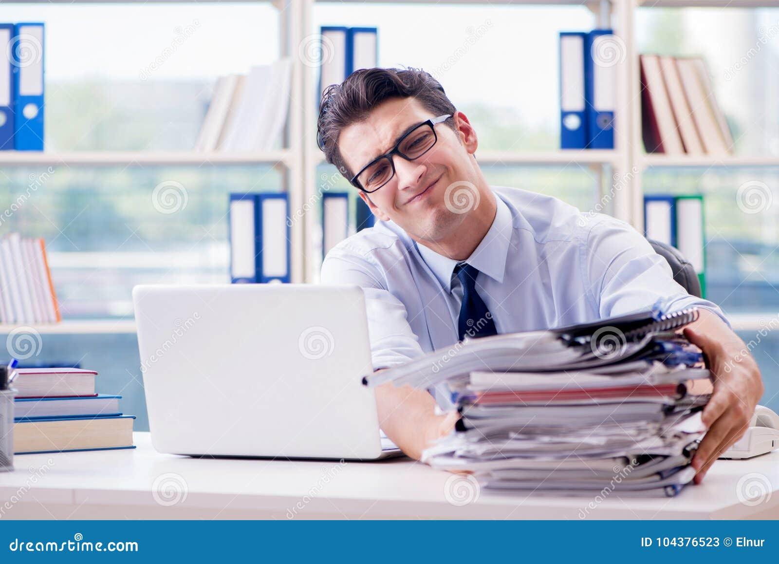 De zakenman die met bovenmatige het werkadministratie in bureau werken