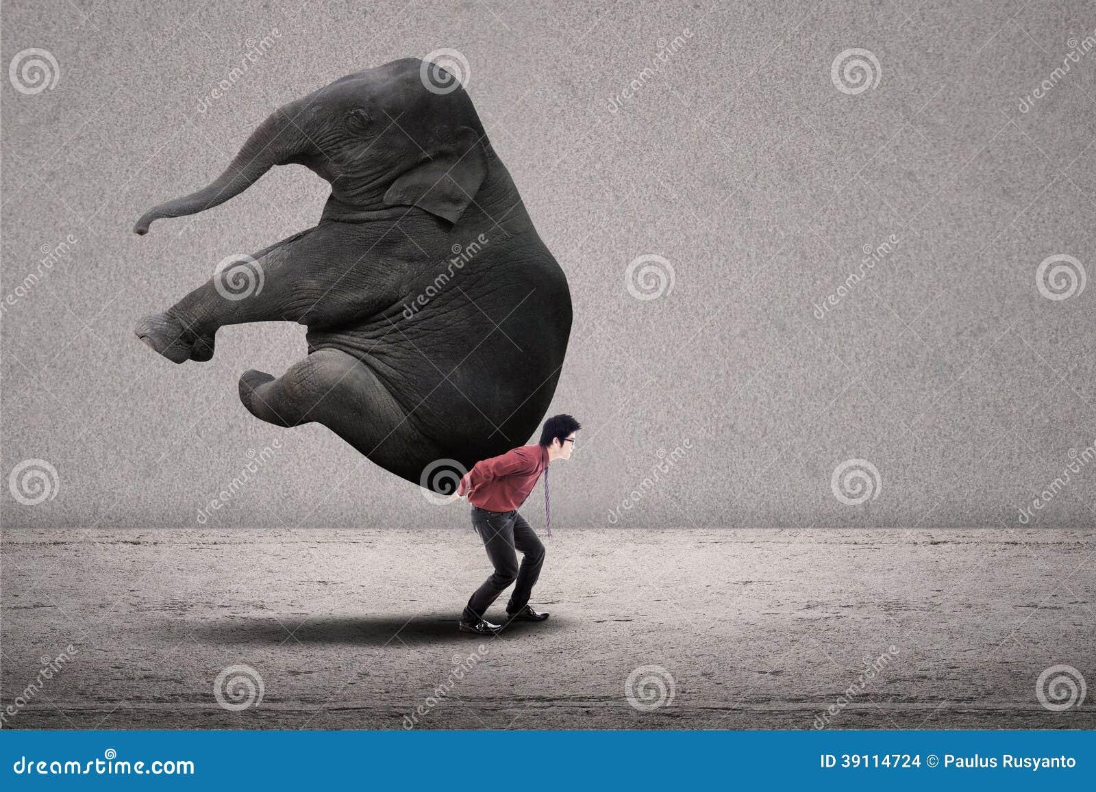 De zakenman draagt olifant op grijs