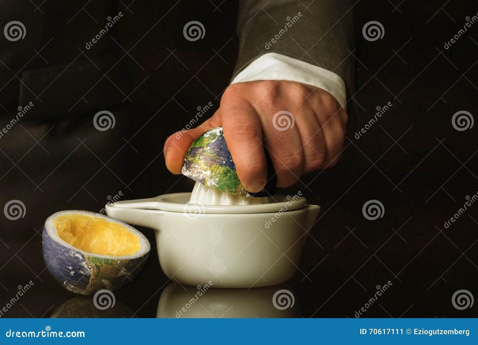 De zakenman in een kostuum drukt de Aarde