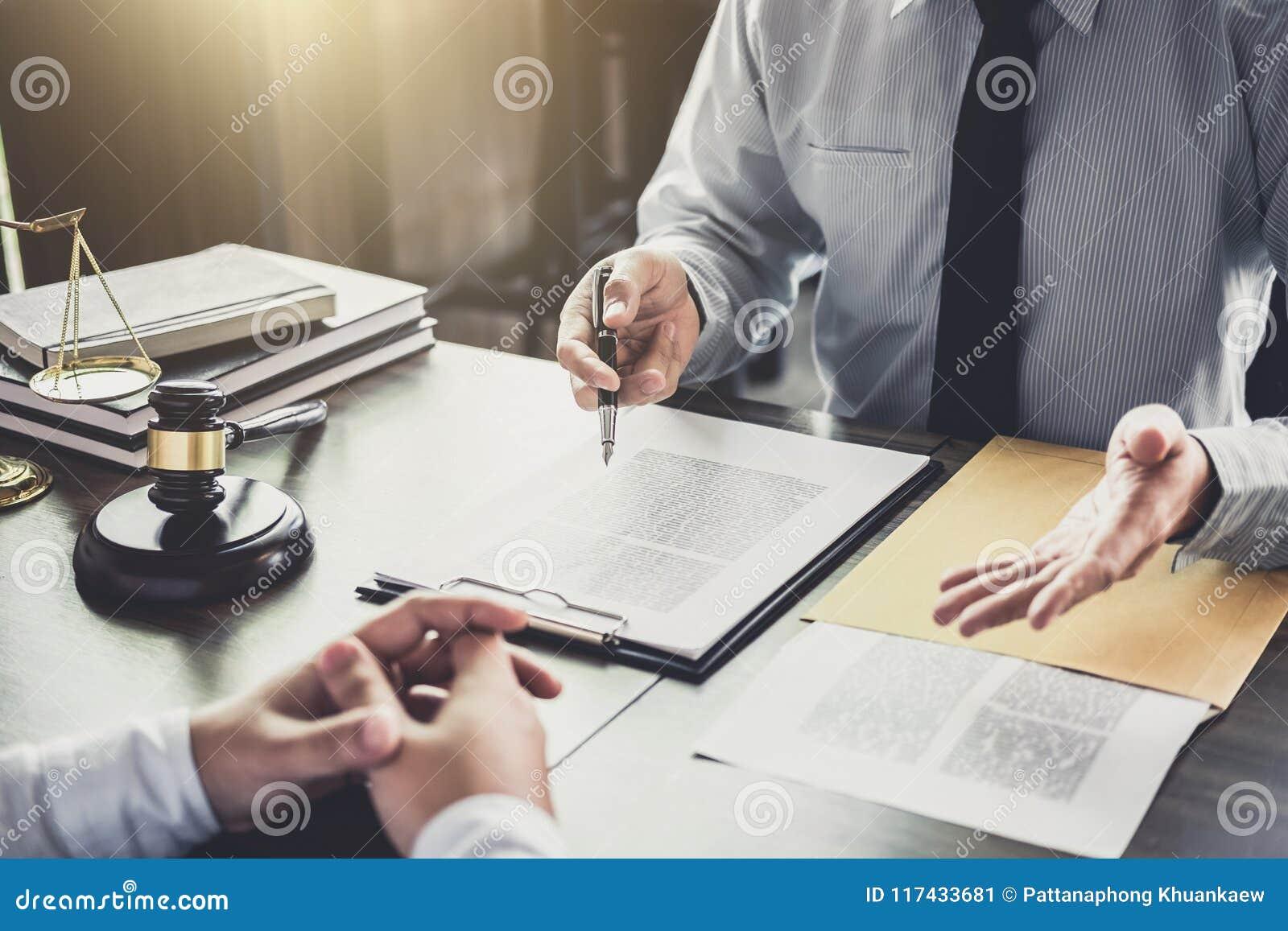 De zakenman en de Mannelijke advocaat of de rechter raadplegen het hebben van teamvergadering