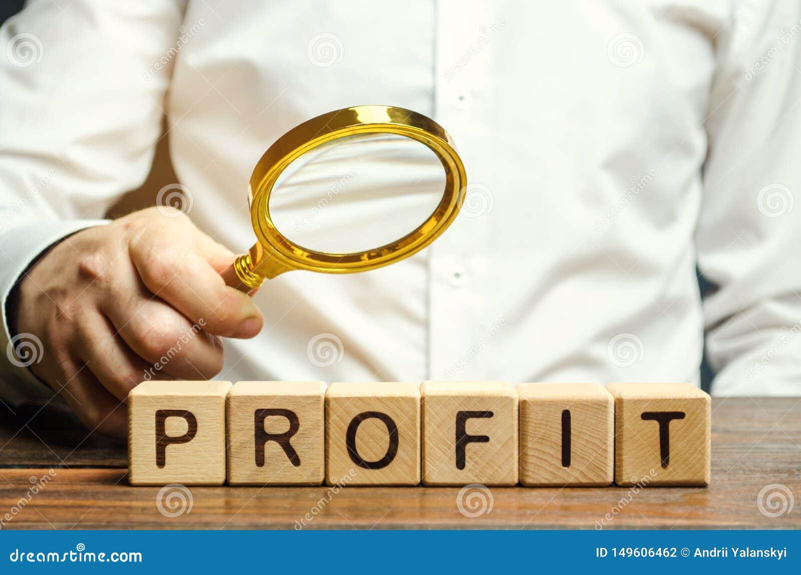 De zakenman houdt een vergrootglas over de woordwinst Het concept rentabiliteit en prestaties van zaken Analyse van