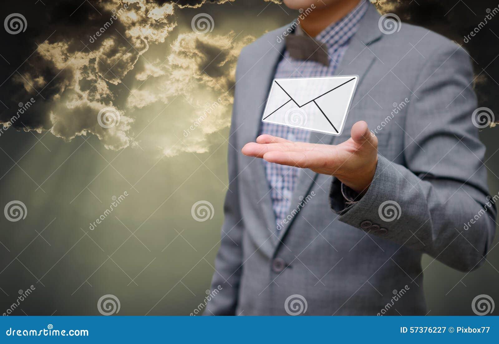 De zakenman krijgt e-mail met glanzende hemel in hand