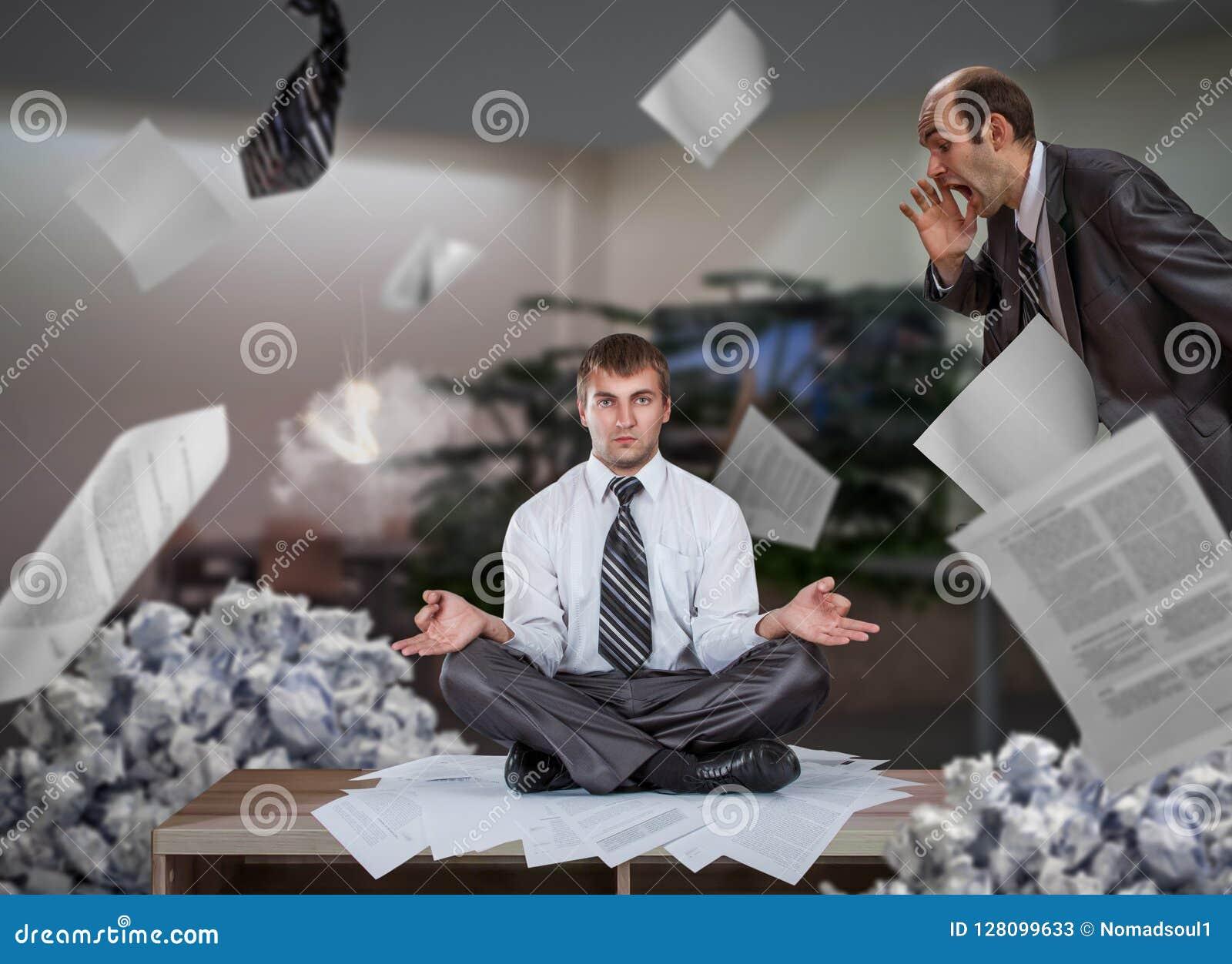 De zakenman mediteert onder stapels van rapporten