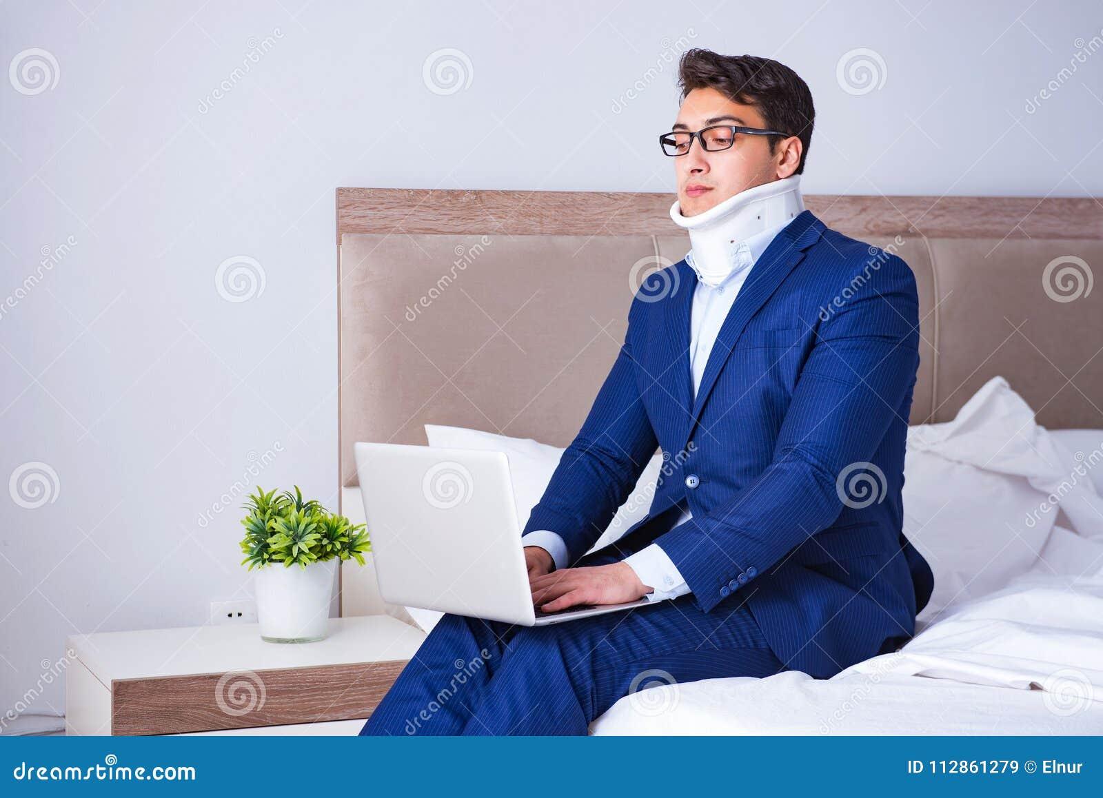 De zakenman met halsverwonding die van huis werken