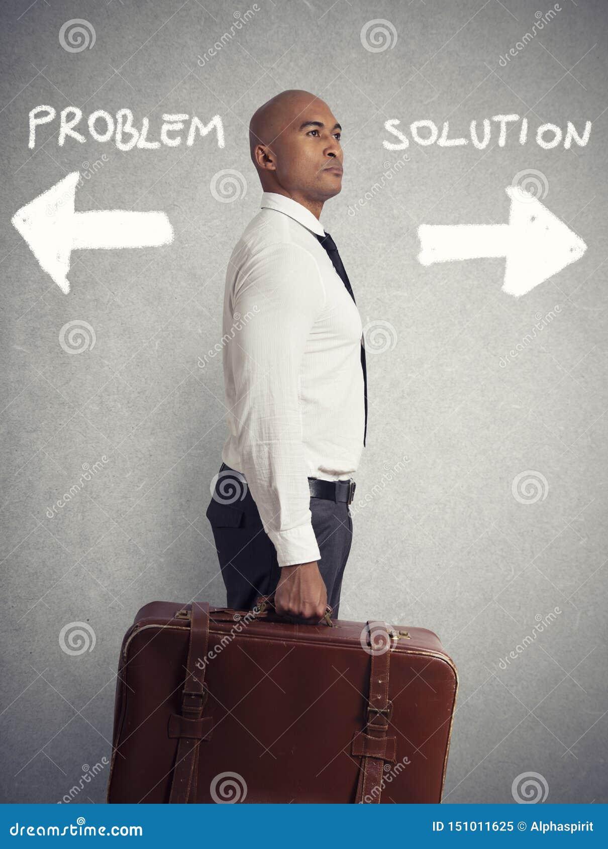 De zakenman moet tussen verschillende bestemmingen kiezen concept moeilijke carri?re