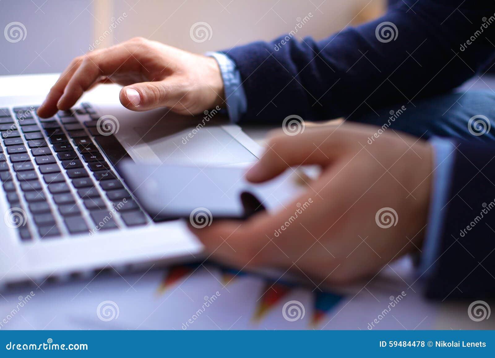 De zakenman op het zijn werk gebruikt een smartphone en stock foto afbeelding 59484478 - Decoreer zijn kantoor op het werk ...
