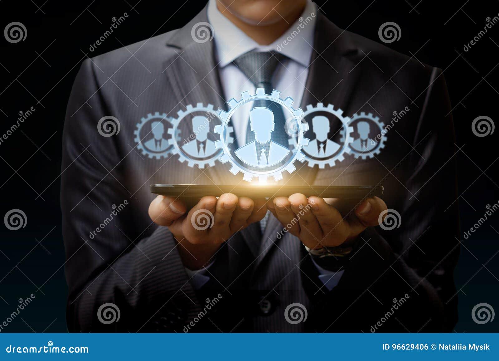 De zakenman op tablet vertegenwoordigt een team van Klanten