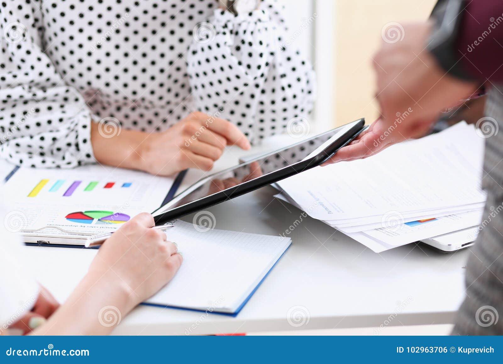 De zakenman richt een vinger op de tablet