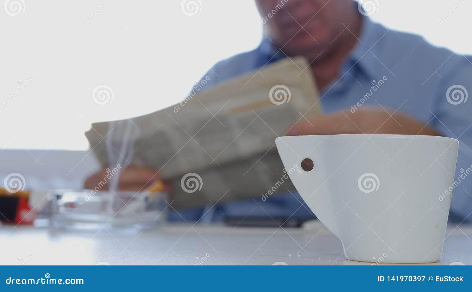 De zakenman Taking een Onderbreking las Krantenrook een Sigaret en drinkt een Koffie