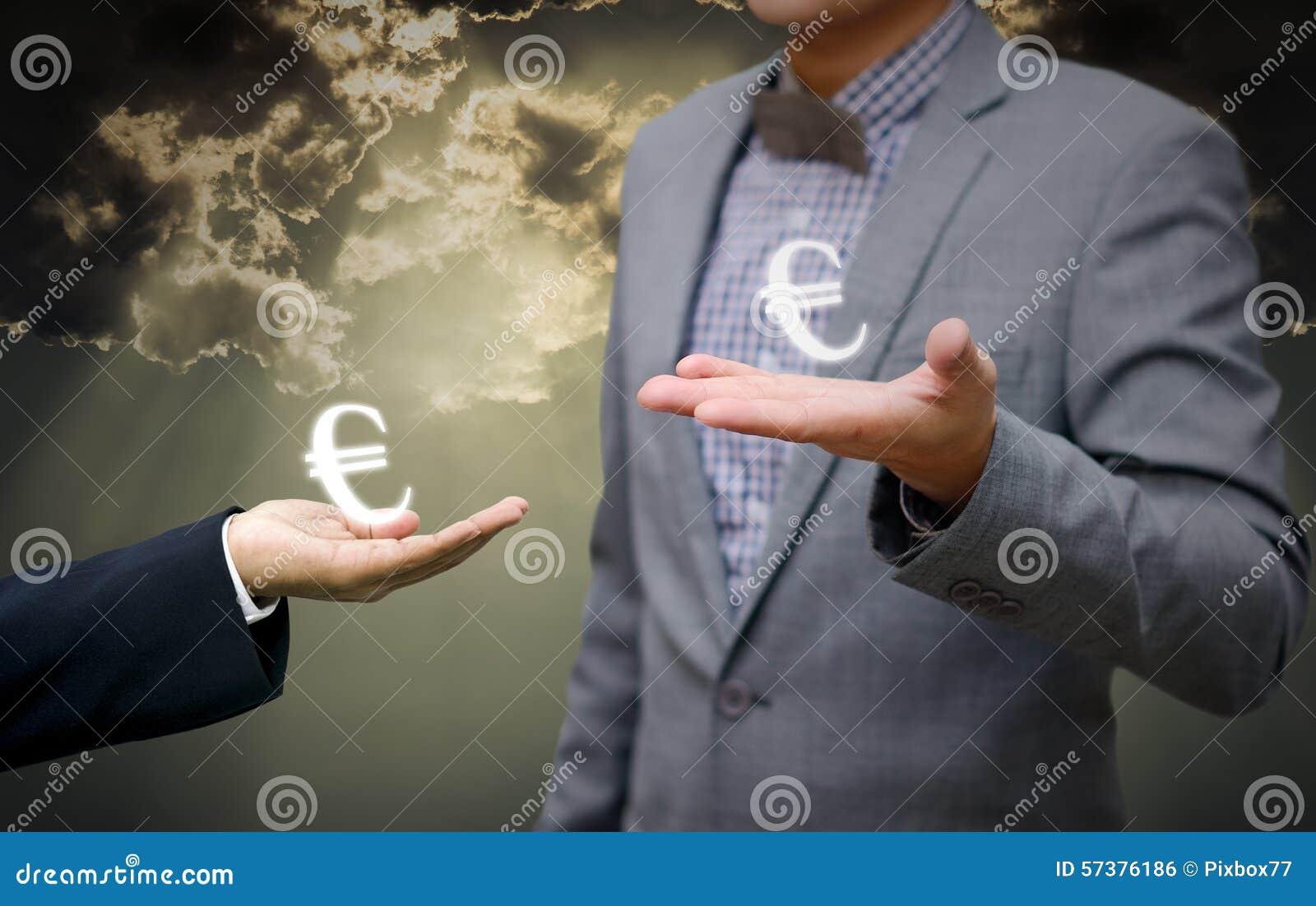 De zakenman toont ter beschikking euro geldsymbool
