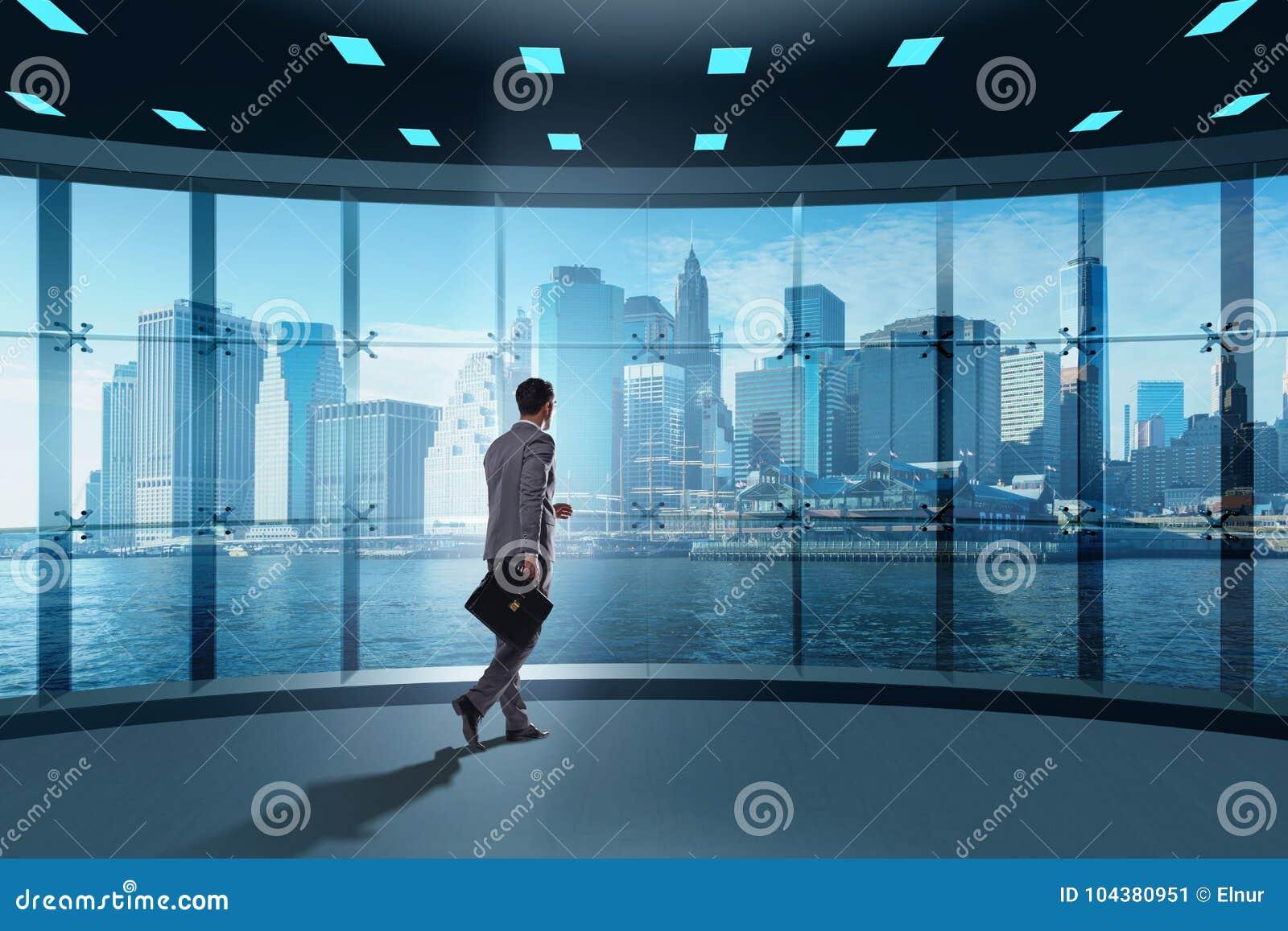 De zakenman voor bureauvenster het denken aan nieuwe uitdagingen