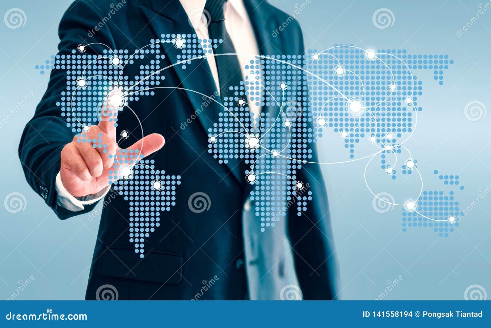 De zakenman wat betreft de virtuele knoop van de wereldkaart en verbindt mededeling