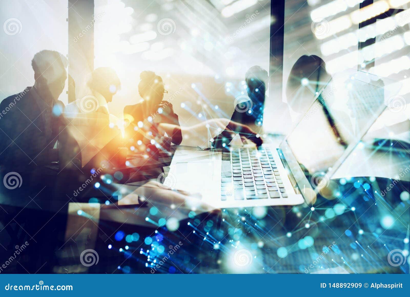 De zakenmanwerken in bureau met laptop met Internet-gevolgen Concept Internet-het delen en bedrijfopstarten