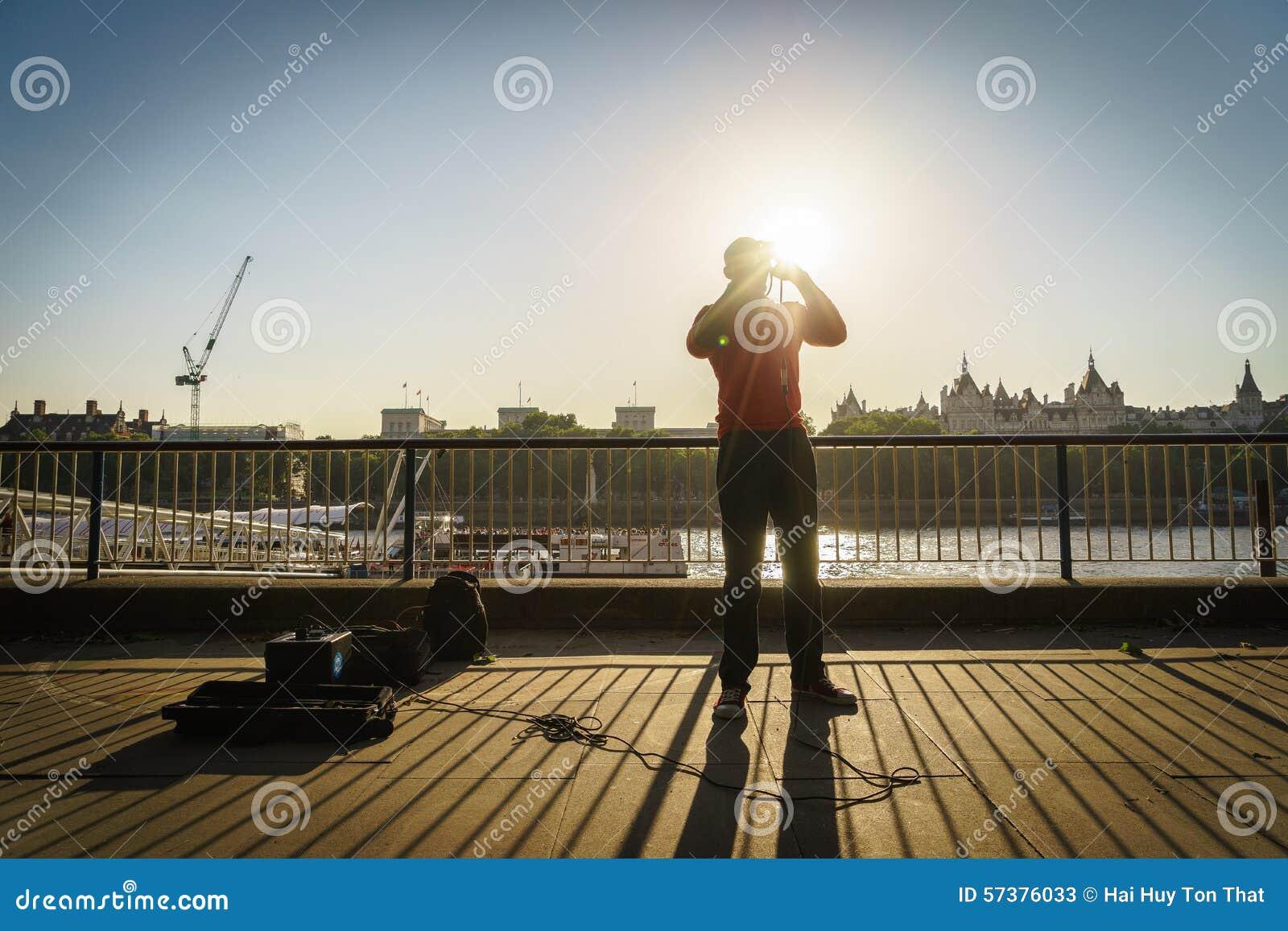 De zanger van de straatmusicus