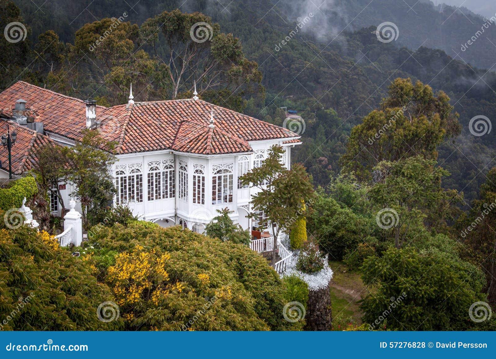 De zeer aardige oude koloniale bouw in Monserrate, Bogota, Colombia