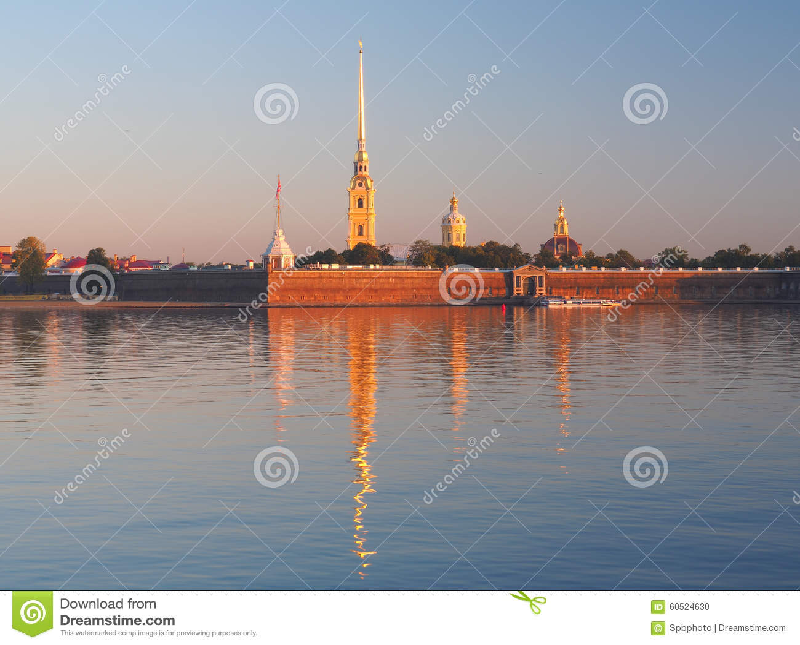 De zeer belangrijke mening van de Peter en van Paul vesting over Neva River dacht in stil water na bij zonsopgangochtend De origi