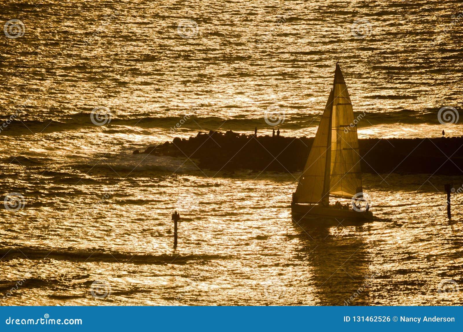 De zeilboot leidde uit bij zonsondergang in Hawaï