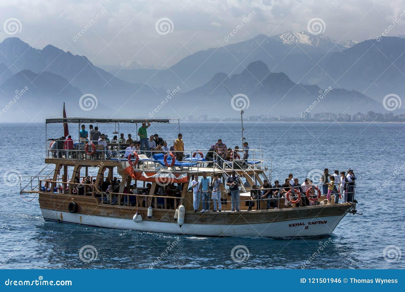De zeilen van een cruiseboot door Antalya-Baai van Antalya in Turkije