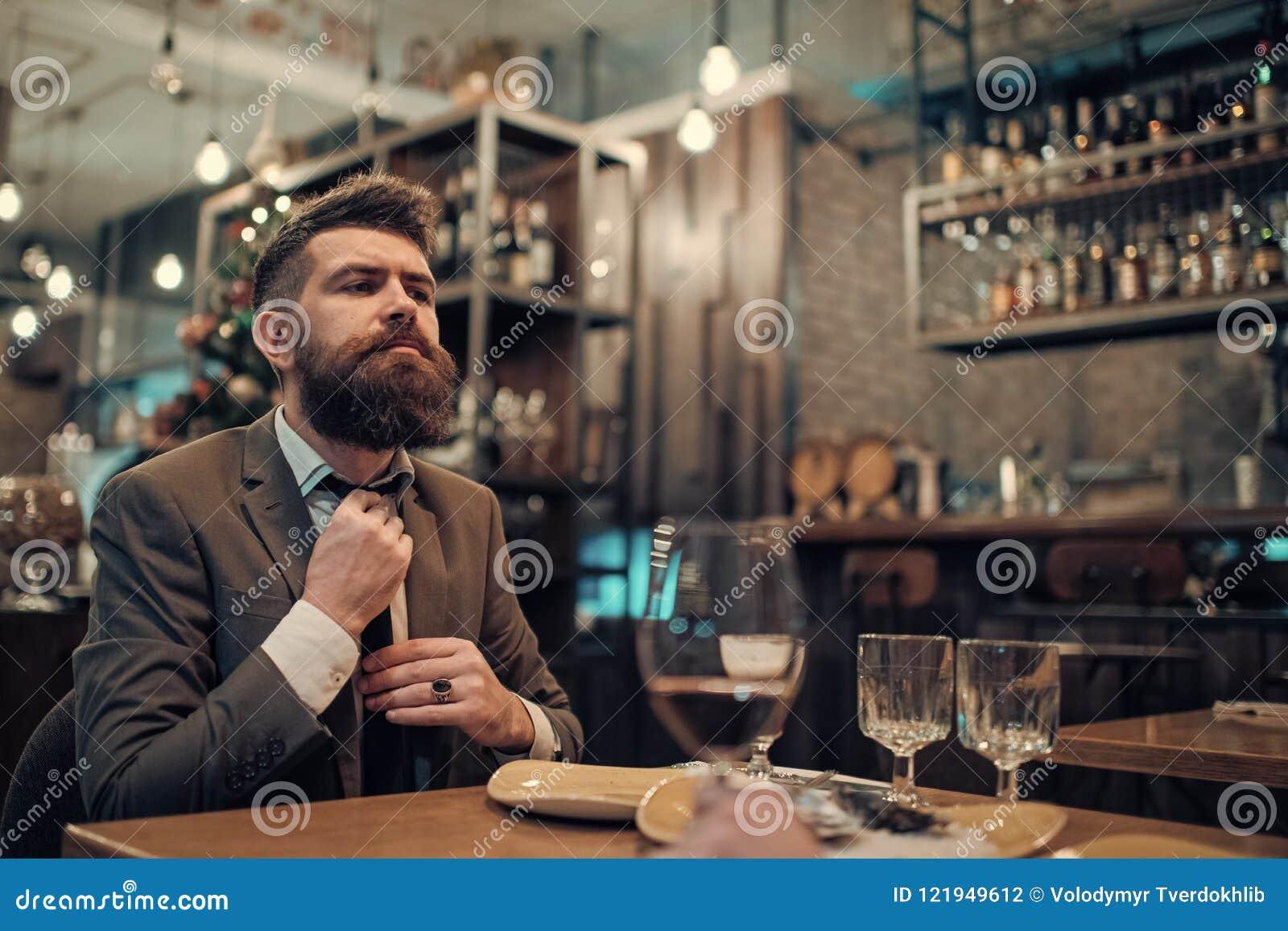 De zekere barklant spreekt in koffie De zaken gaan en mededeling Datum of commerciële vergadering van hipster in bar