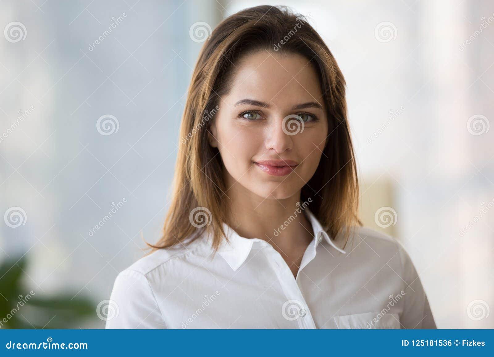 De zekere glimlachende onderneemster die camera, jongelui bekijken beweert