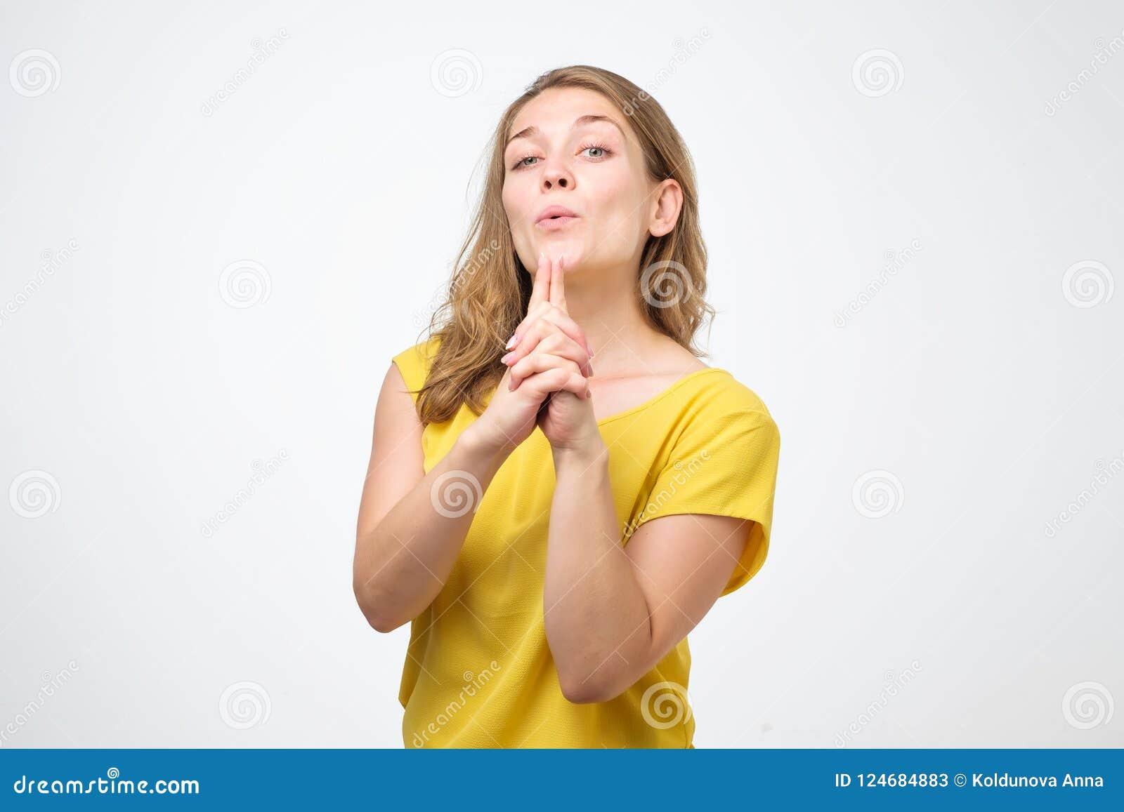 De zekere Kaukasische vrouw maakt het schieten van gebaar, ontvangt groot succes, zegt: Ik heb het gedaan