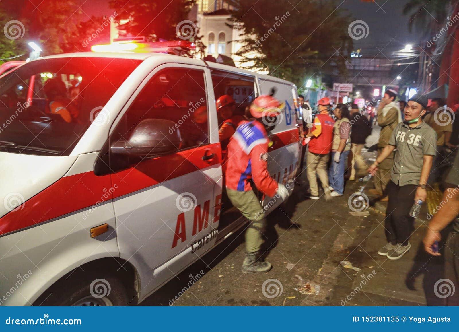 De ziekenwagen is altijd klaar om slachtoffers van de 2019 demonstraties van Djakarta te brengen