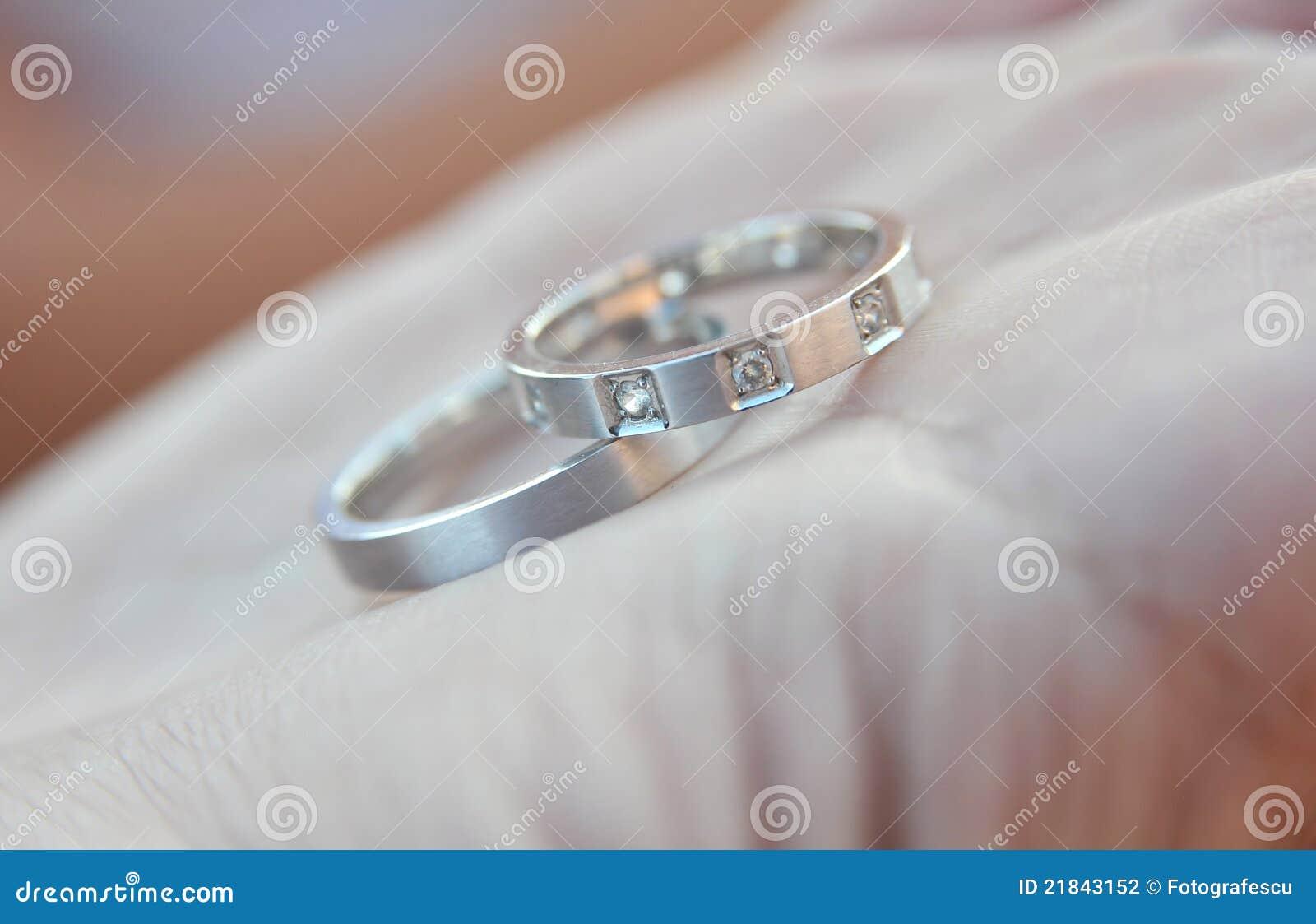 De zilveren ringen van het huwelijk