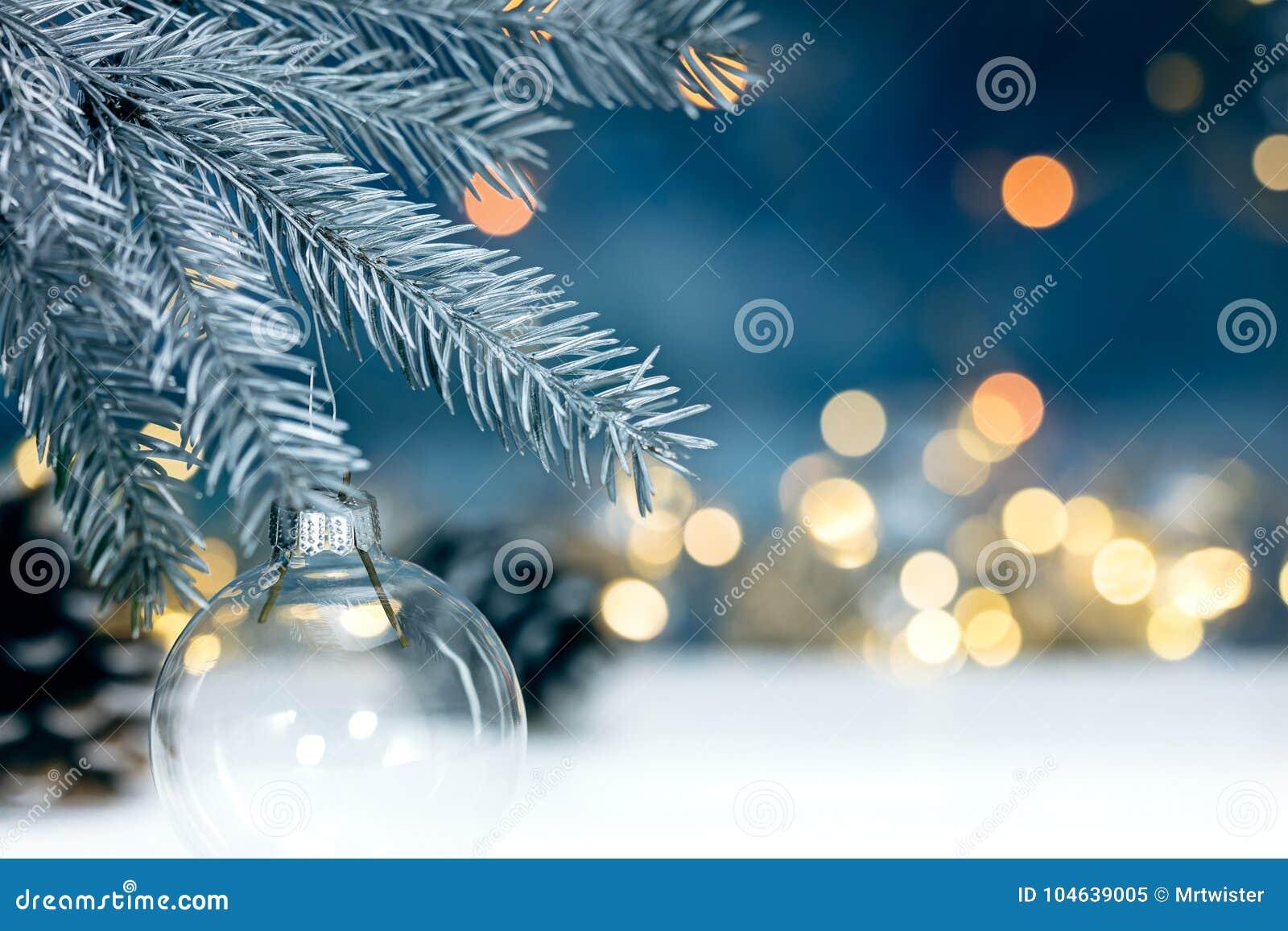Download De Zilveren Tak Van De Kerstmisboom Met Decoratieve Bal Op Vaag Lig Stock Afbeelding - Afbeelding bestaande uit slinger, verlichting: 104639005