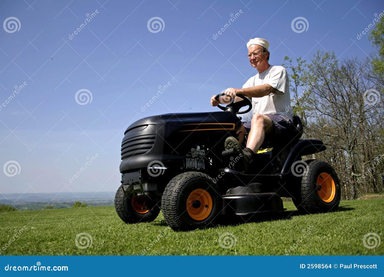 De zitting van de mens op een grasmaaier
