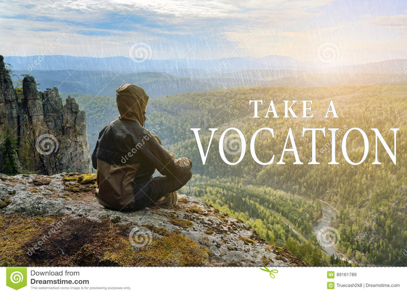 De zitting van de mensenwandelaar bovenop berg en overweegt mooie mening aan de vallei Neem Roeping het van letters voorzien