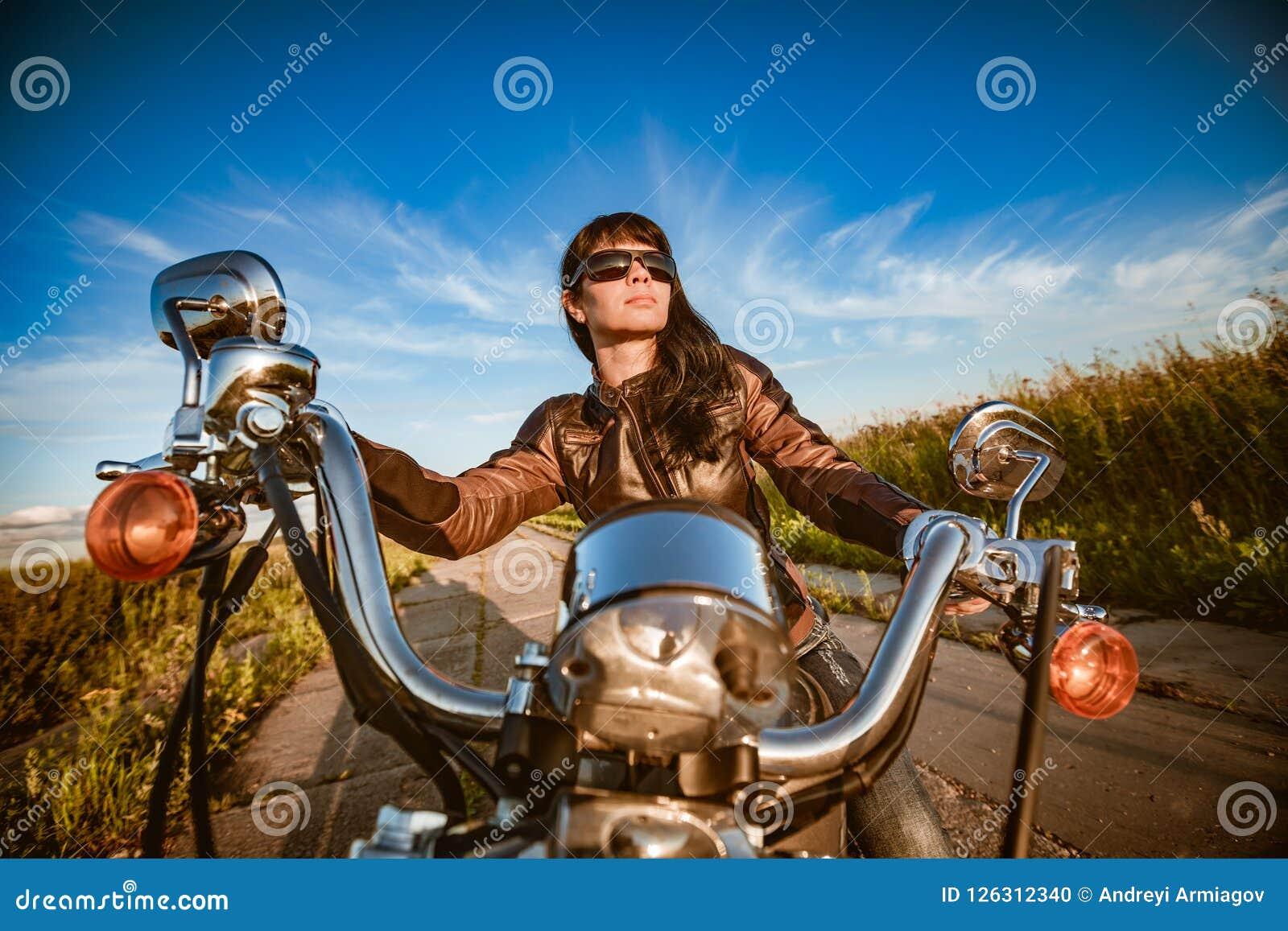 De zitting van het fietsermeisje op motorfiets