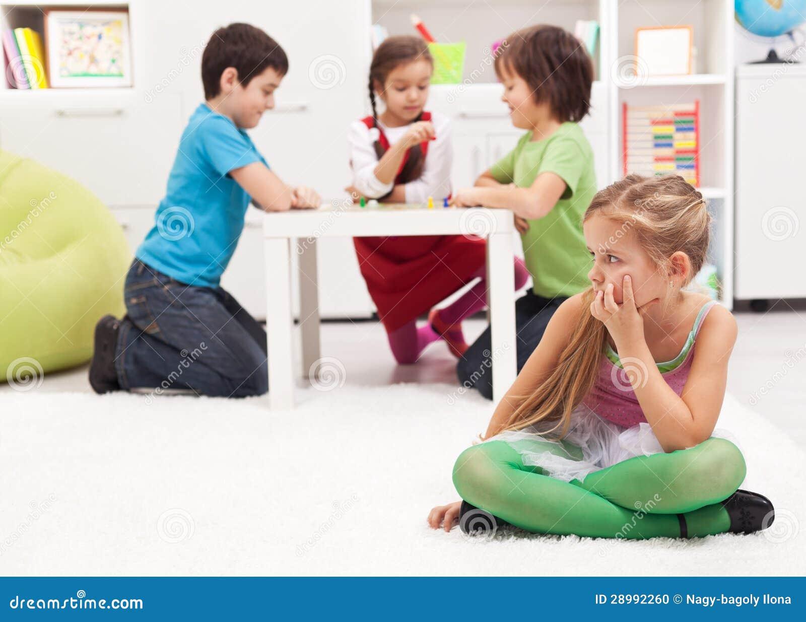 De zitting van het meisje apart gevoel door anderen wordt uitgesloten die stock foto - Slaapkamer fotos van het meisje ...