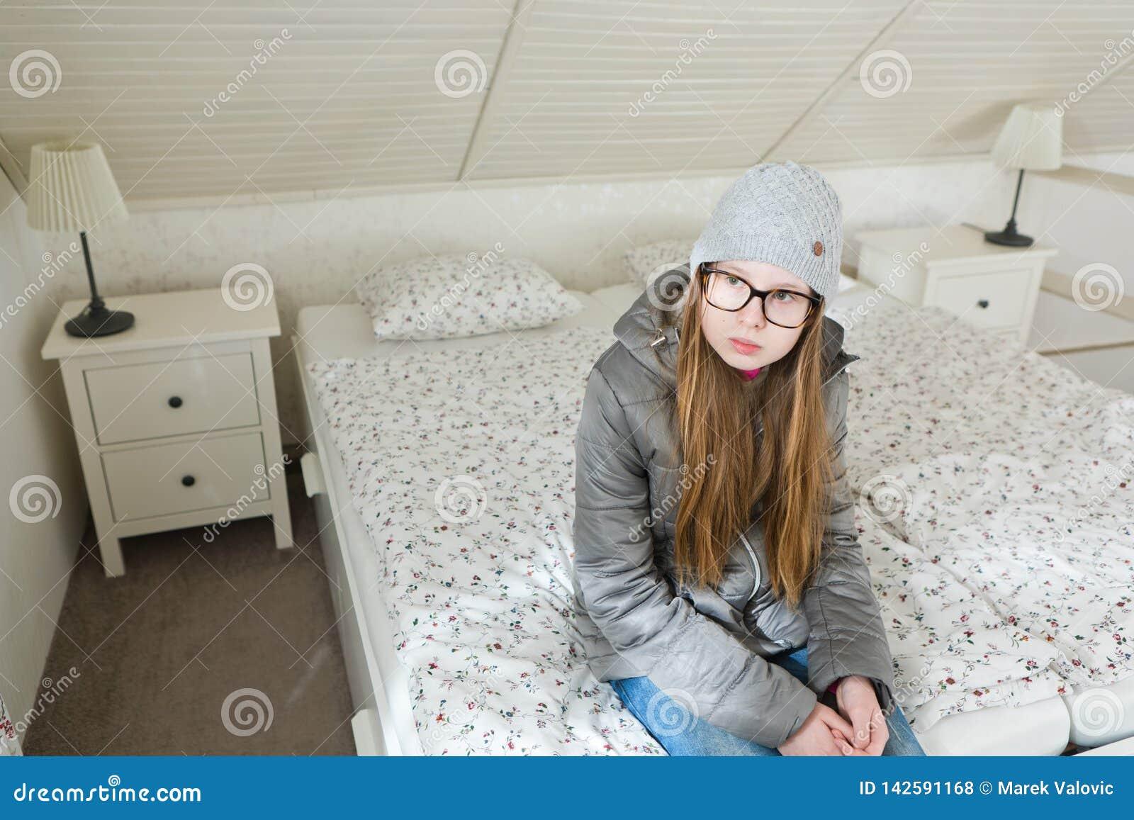 De zitting van het Teenagedmeisje op bedochtend alvorens naar school - te gaan Lui om een werkdag te beginnen - Ochtenden is moei