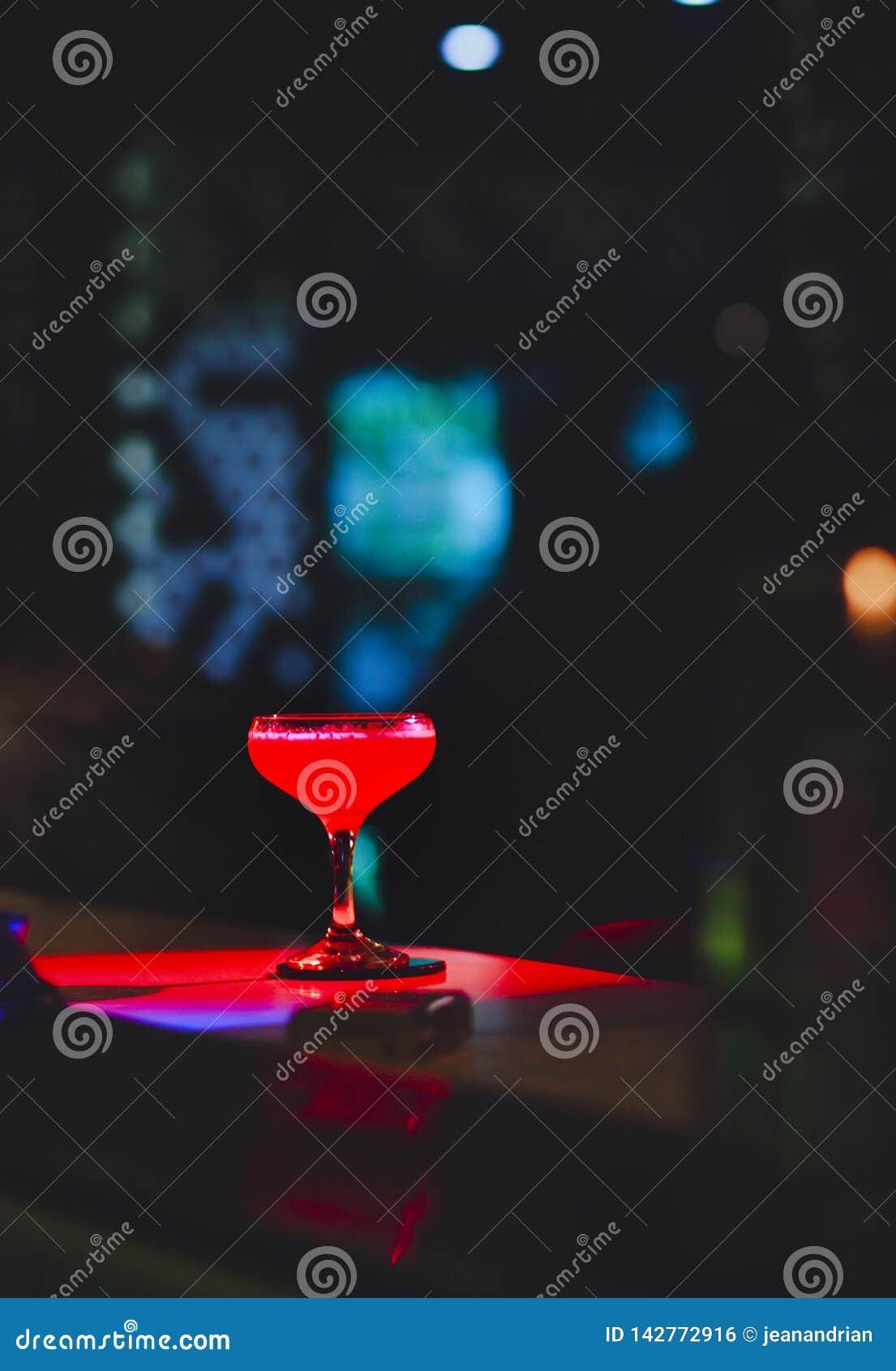 De zoete Beroemde sappige de ambachtcocktails van het Glasbeen met decoratieve Auteur inspireerden Cocktaildrank op barteller Clo