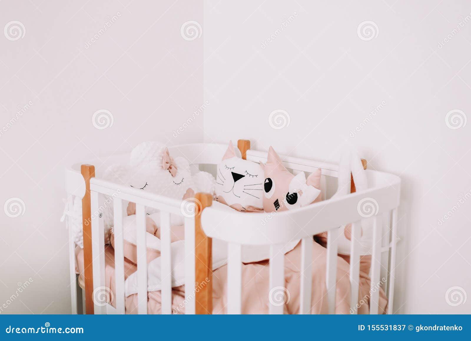 De zoete decoratie van de kinderdagverblijfruimte voor een babymeisje Comfortabele kinderenslaapkamer in Skandinavische stijl met