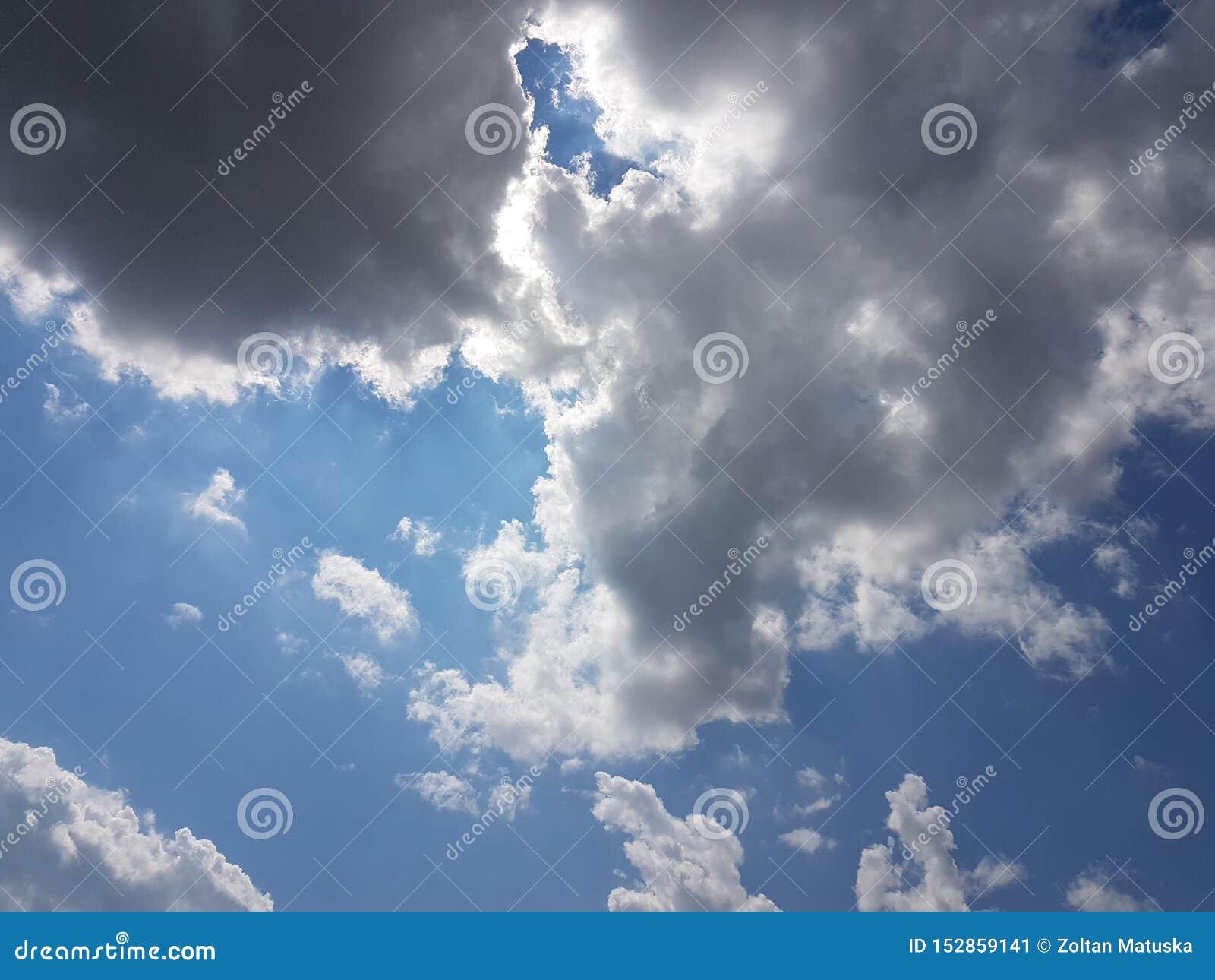 De zomer cloudscape blauwe hemel met natuurlijke lege lege achtergrond van de wolken de bewolkte atmosfeer