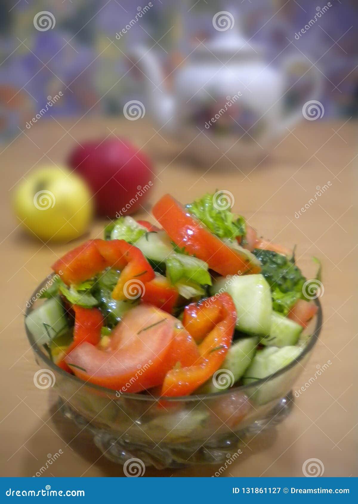 De zomer groene salade in een kristalkom van groenten