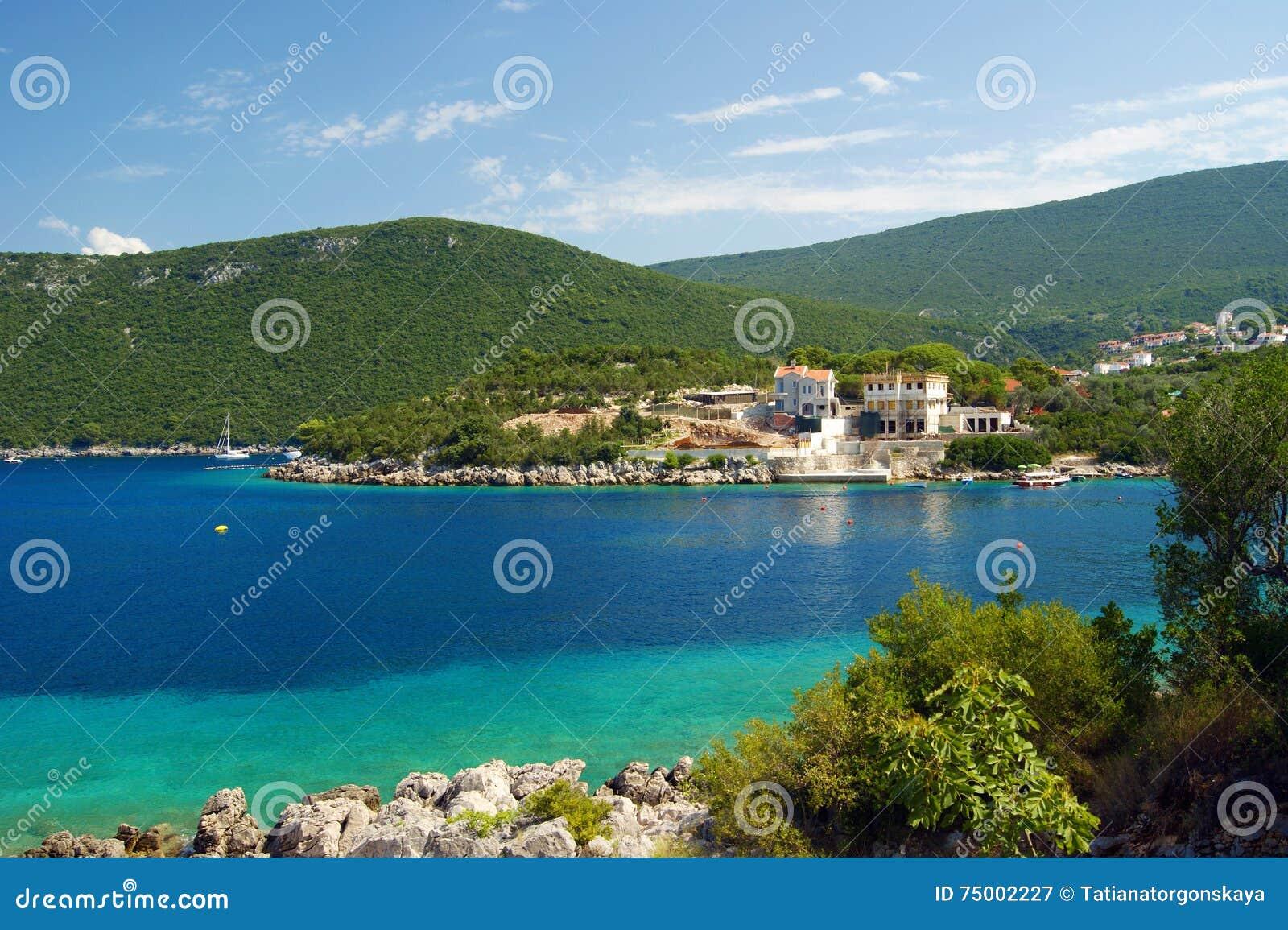 De zomer op de kust van het schiereiland Lustica