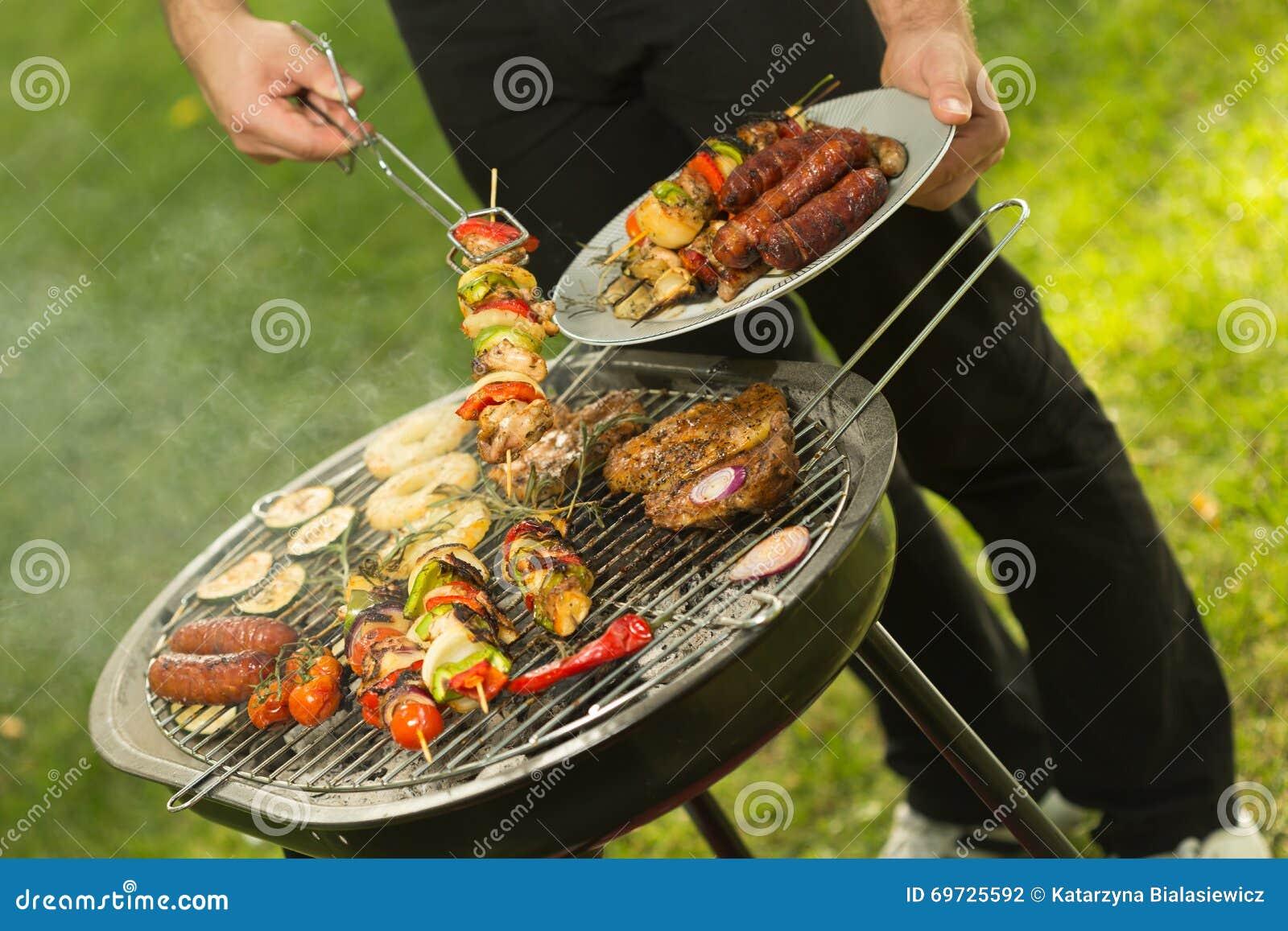 De zomerbarbecue in de tuin